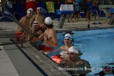 Die Rettungsschwimmer der Trostberger Wasserwacht in Burghausen beim 24 Stunden Schwimmen 2009