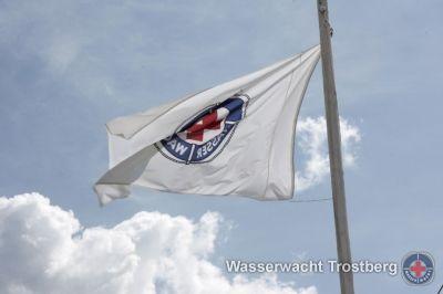 Wasserwachtsfahne an der Rettungswache im Freibad Trostberg.
